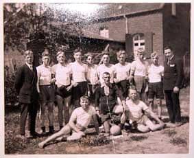 TV Frisch-Auf 1903 Lank-Latum oben: J. Mosterts, A. Schwertges, H. Langel, Dr. P. Rademacher, J. Santen, M. Jutrczenka, J. Steinebach, W. Steinebach, P. Mosterts, W. Böhnicke. unten: J. Umber, S. Schottmann, W. Berrisch (Aufnahme etwa um 1930 entstanden)